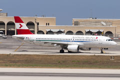 Luqa, Malta 2 de julho de 2005: O austríaco A320 decola sobre Imagens de Stock Royalty Free