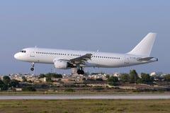 Luqa, Malta - 5 de julio de 2007: Todo el A320 blanco en finales Imágenes de archivo libres de regalías