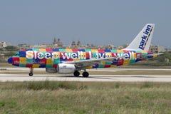 Luqa, Malta - 5 de junho de 2007: Airbus colorido Imagens de Stock Royalty Free