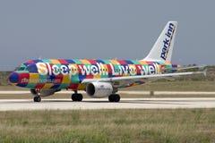 Luqa, Malta - 5 de junho de 2007: Airbus colorido Imagens de Stock