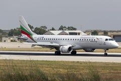 Luqa, Malta 13 de junho de 2015: Aterrissagem do avião de passageiros imagens de stock royalty free