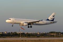 Luqa, Malta 29 de junho de 2005: Aterrissagem do por do sol A320 Fotos de Stock