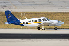 Luqa, Malta 30 de junho de 2015: Piper Seneca na pista de decolagem Imagem de Stock Royalty Free