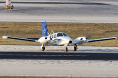 Luqa, Malta 30 de junho de 2015: Piper Seneca na pista de decolagem Foto de Stock