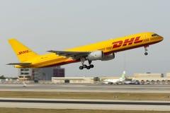 Luqa, Malta 16 de junio de 2015: DHL Boeing 757 en salida por la tarde Foto de archivo libre de regalías