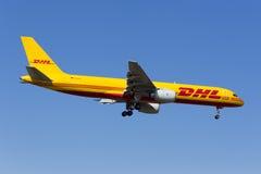 Luqa, Malta 5 de junio de 2015: Pista de aterrizaje 31 de DHL 757 Foto de archivo libre de regalías
