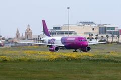 Luqa, Malta 28 de marzo de 2015: Wizz Air A320 que consigue listo para saca Imágenes de archivo libres de regalías