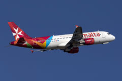 Luqa, Malta - 12 de novembro de 2015: A320 decola Imagens de Stock Royalty Free