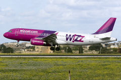 Luqa, Malta - 28 de novembro de 2015: Wizz A320 Foto de Stock Royalty Free