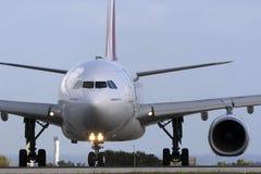 Luqa, Malta - 28 de noviembre de 2015: Emiratos A330 Fotografía de archivo libre de regalías