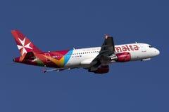 Luqa, Malta - 12 de noviembre de 2015: A320 saca Imágenes de archivo libres de regalías