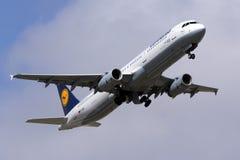 Luqa, Malta - 14 de outubro de 2015: A321 decolam Fotografia de Stock