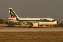 Luqa, Malta 30 de setembro de 2005: A319 no por do sol Imagens de Stock Royalty Free
