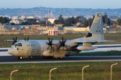 Luqa Malta - 17 December 2015: C-130J i ottaljuset Royaltyfri Foto