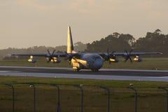 Luqa Malta - 17 December 2015: C-130J i ottaljuset Royaltyfri Fotografi