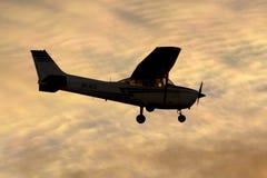 Luqa, Malta 6 December 2014: Cessna in de zonsondergang wordt gesilhouetteerd die Stock Fotografie