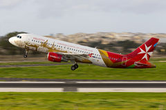 Luqa Malta 16 Decemeber 2014: Luft Malta A320 tar av Arkivbilder