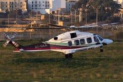 Luqa, Malta - 17 dicembre 2015: AW189 che lascia all'impianto offshore Fotografia Stock