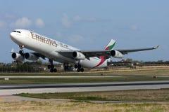 Luqa, Malta, el 26 de enero de 2013: Los emiratos Airbus A340 sacan Imagen de archivo libre de regalías