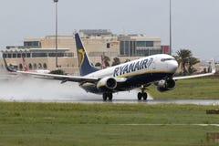 Luqa Malta, el 7 de noviembre de 2014: Ryanair 737 que saca de la pista 31 Fotos de archivo