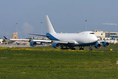 Luqa, Malta, am 9. Februar 2012: Jumbojet bereitet sich für sich entfernen vor Lizenzfreies Stockbild