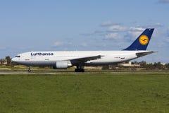 Luqa Malta - 15 Februari 2009: A300 för tar av Arkivbilder