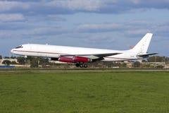 Luqa Malta - 20 Februari 2009: Klassisk landning DC-8 Arkivbilder