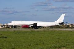 Luqa Malta - 20 Februari 2009: Klassisk landning DC-8 Royaltyfri Fotografi