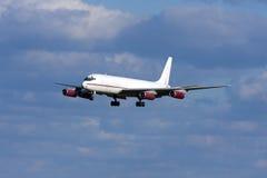 Luqa Malta - 20 Februari 2009: Klassisk landning DC-8 Royaltyfria Bilder
