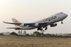 Luqa, Malta 24 giugno 2015: Aereo da carico 747 che decolla appena prima il tramonto Fotografia Stock Libera da Diritti