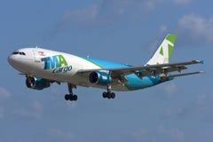 Luqa, Malta, am 7. Januar 2012: Airbus A300 auf Endanflug Lizenzfreies Stockfoto