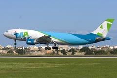 Luqa, Malta, am 7. Januar 2012: Airbus A300 auf Endanflug Lizenzfreies Stockbild