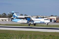 Luqa, Malta am 6. Januar 2011: Rollbahn 13 der Landung ATR-72 Lizenzfreies Stockbild