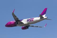 Luqa Malta 31 Januari 2015: Avtågande landningsbana 31 för Wizz Air flygbuss A320-232 Arkivfoto