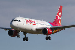 Luqa, Malta 9 Januari 2015: De Luchtbus A320-211 van luchtmalta op korte def.baan 31 Stock Afbeelding
