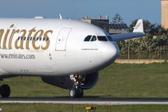 Luqa, Malta 9 Januari 2015: Emiraten A330 die baan terugkrabbelen Stock Fotografie