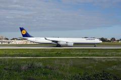 Luqa Malta 9 Januari 2015: Landningsbana 31 för tillbakagående för Lufthansa flygbuss A340-642 Fotografering för Bildbyråer