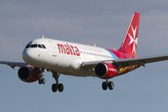 Luqa Malta 9 Januari 2015: Lufta den Malta flygbussen A320-211 på kort finallandningsbana 31 Fotografering för Bildbyråer