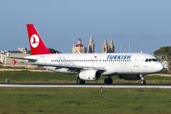 Luqa Malta 14 Januari 2015: Turkish Airlines flygbuss A320 på landningsbana 31 Arkivfoto