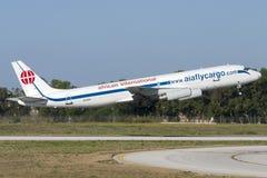 Luqa Malta 5 Juli 2007: Afrikanska internationella flygbolag McDonnell Douglas DC-8-62H (F) som tar av från landningsbana 32 Arkivbilder