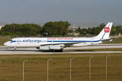Luqa Malta 5 Juli 2007: Afrikanska internationella flygbolag McDonnell Douglas DC-8-62H (F) som tar av från landningsbana 32 Royaltyfri Foto