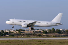 Luqa Malta - 5 Juli 2007: All vit A320 på finaler Royaltyfria Bilder
