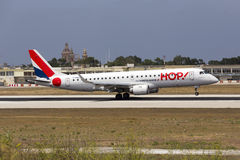 Luqa, Malta 11 Juli 2015: Hop! Erj-190 landend Stock Fotografie