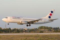 Luqa Malta - 12 Juli 2007: Jugoslaviska flygbolag 737 Royaltyfri Foto