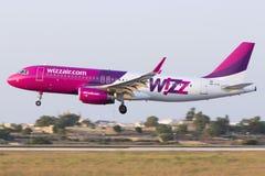Luqa Malta 10 Juli 2015: Wizzair A320 landning Arkivbilder