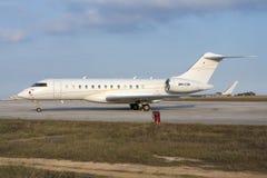 Luqa Malta 30 Juni 2015: BD-700 parkerar in 4 royaltyfria bilder