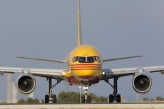 Luqa, Malta am 8. Juni 2015: DHL Boeing 757 bereitet sich für sich entfernen vor Lizenzfreie Stockbilder