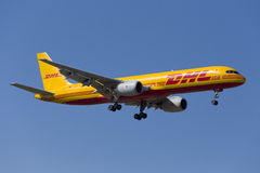 Luqa Malta 5 Juni 2015: DHL 757 landa landningsbana 31 Arkivbilder
