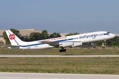 Luqa Malta - 5 Juni 2007: Gammal nivå för last DC-8 Fotografering för Bildbyråer