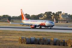 Luqa Malta 2 Juni, 2015: Jet2 737 landa landningsbana 13 Arkivbild